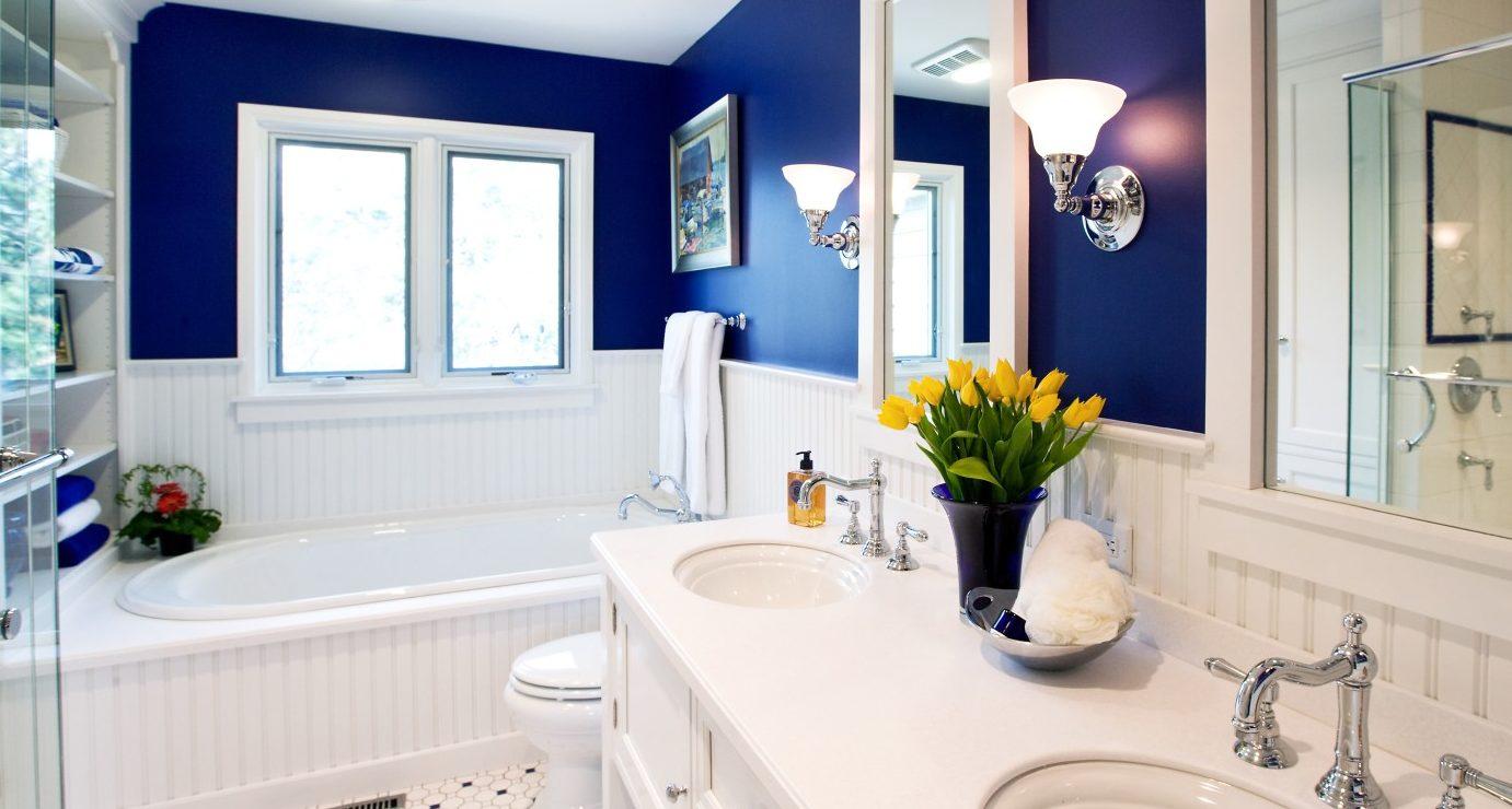 Оформление ванной в бело-синем цвете